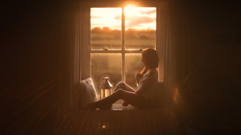 красотка,окно,сидит,кофе на телефон